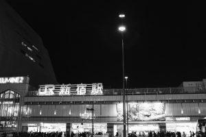 X100F 新宿駅 モノクロ