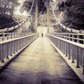 橋を渡る人